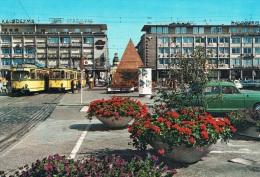 KARLSRUHE - MARKTPLATZ - Animation, Véhicules : Voitures Et Tramways + Personnages - Circulée, 2 Scans - Karlsruhe