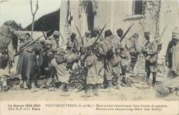 NEUFMOUTIERS MAROCAINS EXAMINANT LEUR BUTIN DE GUERRE CARTE COLORISEE - Francia