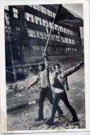 JOSEF KOUDELKA---PRAGUES--1968- --Devant La Maison De La Radio (manifestants,drapeaux) Juste Avant Son Occupation - Illustrators & Photographers