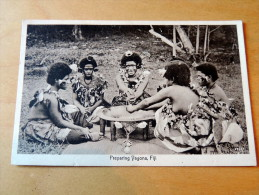 Carte Postale Ancienne : FIDJI , FIJI : Preparing Dagona - Fidji