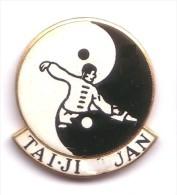 C11 Pin´s Tai Ji Quan Art Martial Chinois Que L´on Nomme La Boxe Qualité Egf - Judo
