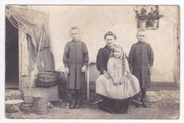 Carte Photo - Mère Et Ses Trois Enfants Bien Habillés, Cela Sent La Rentrée Des Classes, C´est Pas Le Luxe - Pas Circulé - Da Identificare