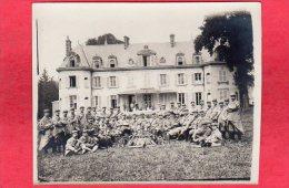 PHOTO  Guerre 14 18 Régiment Musiciens Devant Un Chateau ( 11 Cm Par 9 Cm ) - Non Classés