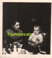 ANCIENNE PHOTO GARCON ENFANT   ** VINTAGE AMATEUR  SHOT CHILD BOY EATING - Personnes Anonymes