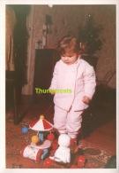 ANCIENNE PHOTO ENFANT FILLE NOEL SAPIN JOUET CADEAUX   ** VINTAGE AMATEUR  SHOT CHILD GIRL CHRISTMAS PINE TREE TOY GIFT - Anonyme Personen