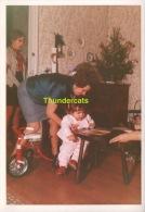 ANCIENNE PHOTO ENFANT FILLE NOEL SAPIN JOUET CADEAUX   ** VINTAGE AMATEUR  SHOT CHILD GIRL CHRISTMAS PINE TREE TOY GIFT - Personnes Anonymes