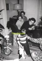 ANCIENNE PHOTO ENFANT GARCON NOEL SAPIN CADEAUX JOUET ** VINTAGE AMATEUR  SHOT CHILD BOY CHRISTMAS PINE GIFTS TOYS - Personnes Anonymes