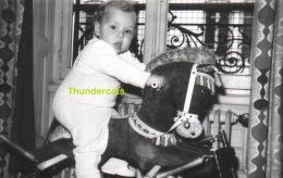 ANCIENNE PHOTO ENFANT FILLE GARCON JOUET CHEVAL   ** VINTAGE AMATEUR  SHOT CHILD BOY GIRL TOY HORSE - Personnes Anonymes