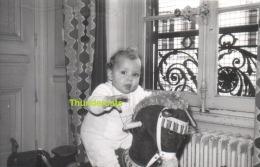 ANCIENNE PHOTO ENFANT FILLE GARCON JOUET CHEVAL   ** VINTAGE AMATEUR  SHOT CHILD BOY GIRL TOY HORSE - Personas Anónimos