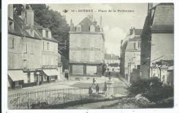 """CPA -GUERET -PLACE DE LA PREFECTURE -Creuse (23 -Circulé 1915 -Animée -Commerces, Pharmacie, """"Au Petit Paris"""", Mercerie. - Guéret"""