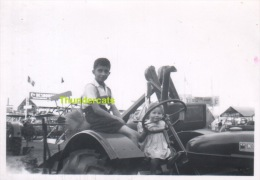 ANCIENNE PHOTO JEUNE GARCON FILLE TRACTEUR    ** VINTAGE PHOTO YOUNG BOY GIRL TRACTOR - Personnes Anonymes