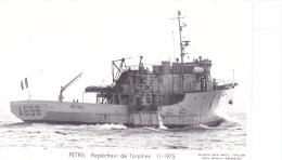 Bateau  Marine  Militaire France A 698 Petrel Releveur De Torpilles 11-1975  Poupe  Marius Bar Equipage - Guerre