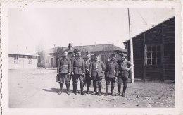 Cliché Militaire  Non Située  -  Groupe De Soldats Dans Un Campement En Avril 1940  -  11 Sur 1 Col - Voir Description - Caserme