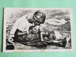 NIGER - Bébé Recevant Un Lavement - Niger