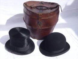 Deux Chapeaux Dans Leur Boite De Transport En Cuir. Année 1934 - He