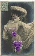 Carte Avec Peinture Epaisse Violette Sur Belle Femme En Toilette - Cartes Postales