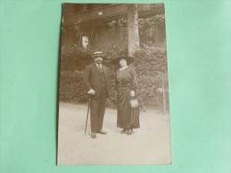 Carte Photo D'un Couple élégant Dont Une Femme Avec Un Beau Chapeau - Photographs