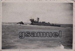 85 -très Rare Photographie Originale Du Bombardement Du 15 Août 1944 à Brétignolles Sur Mer. Bâteau De Guerre Coupé En 2 - Bretignolles Sur Mer