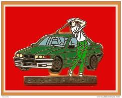 SUPER PIN´S BMW-GOLF-Arthus BERTRAND : Le Très Beau Pin´s GOLF TROPHY BMW, Tenue Polo Blanc, Pantalon Vert - BMW
