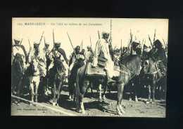 MAROC  CPA  MARRAKECH UN CAID AU MILIEU DE SES CAVALIERS  FELIX PHOTO - Marrakech