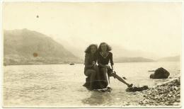 Ancienne Photo Amateur N&B 2 Demoiselles Jeunes Filles Plage Berge Lac D'Annecy Face Nord Haute-Savoie 1947 Papier Velox - Anonyme Personen