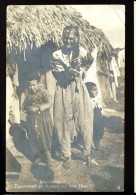 Cpa Carte Photo De Serbie Mazedonien Zigeunerweib Mit Kindern Vor Ihrer Hütte       MABT38 - Serbie