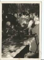 HOMBRES EN UN FESTEJO    PEQUEÑA FOTO 10X8 CM   OHL - Persone Anonimi