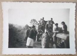 PHOTO ORIGINALE AGRICULTURE TRACTEUR  ET REMORQUE HOMME ET FEMMES - Tractors