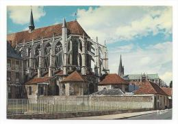 CPM - CHARTRES (28) Le Chevet De L'église Saint-Pierre, à Droite La Cathédrale - Chartres