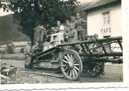 Photo Char Français FT 17 Abandonné + Soldats Allemands Armées De L'est Panzer Tank France 1940 TOP WW2 - Guerra, Militari