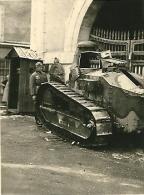 Photo Char Français FT 17 Abandonné + Soldats Allemands Armées De L´est Panzer Tank France 1940 TOP WW2 - Guerra, Militari