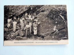 Carte Postale Ancienne : FIDJI , FIJI : Une Promenade Dans La Foret - Fidji