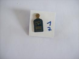 PIN´S -  JOHNNY   HALLYDAY   Parfums  RETIENS  La  NUIT     - Voir Photo ( 17 ) - Parfum