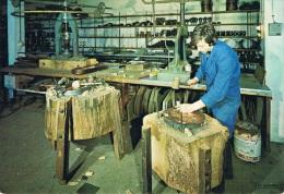 """VILLEDIEU LES POELES - """"Artisanat Du Cuivre"""" Atelier DELALANDE - Ouvrier Au Travail (martelage) - Circulée 1980, 2 Scans - Villedieu"""