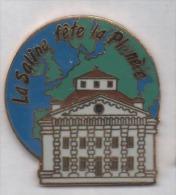 Superbe Pin´s En EGF , La Saline Fête La Planéte , Salins Les Bains , Jura - Ciudades