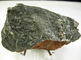 GRENAT  ET CHALCOPYRITE DANS CHLORITE  8, X 4, CM RAVIN DE L´EGLANTIERE 48 - Minéraux