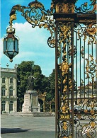NANCY (Meurthe-et-Moselle) - La Place Stanislas Dessinée Par Emmanuel HERE. Une Des Grilles De Jean LAMOUR - 2 Scans - Nancy