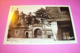 GROUPE D'ARCHITECTURES ANCIENNES AU BOUT DE LA RUE DE PARIS - Vitre