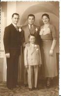 NIÑO DE TRAJE JUNTO A DOS HOMBRES Y UNA MUJER  CIRCA 1940   OHL - Groupes D'enfants & Familles