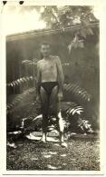 Ancienne Photo Amateur Jeune Homme Nu En Maillot Slip Caleçon Tenue De Bain Tirage N&B Vintage Années 1940 - 1950 - Anonyme Personen