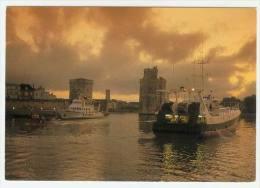 LA ROCHELLE L'entrée Du Port à L'aurore L'illienne à Quai Et Deux Chalutiers En 1994 - La Rochelle