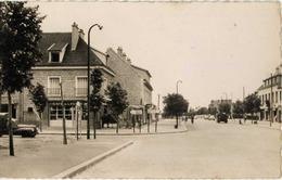 93 DUGNY -  Rue Louis Larivière - CPSM - Animée, Café De La Poste, Voiture 203, Camionnette Peugeot... - Dugny