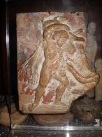 Bas Relief En Terre Cuite Hercule Et Le Sanglier D Herymante Greco Romain - Archeologie