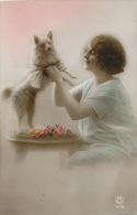 FEMMES - FRAU - LADY - CHIEN - DOG - Jolie Carte Fantaisie Portrait Femme Et Petit Chien - Chiens