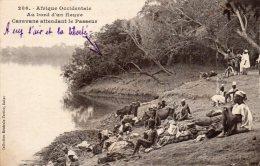 Afrique Occidentale, Au Bord Du Fleuve Caravane Attendant Le Passeur - Cartes Postales