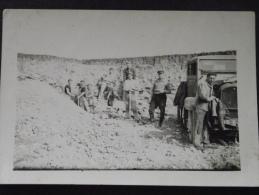 TRAVAUX PUBLICS - OUVRIERS Sur Le CHANTIER - Camion - Vers 1930 - Photo Authentique - A Voir ! - Métiers