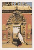 NEPAL - Bhadgaon - La Porte Dorée - Texte Explicatif Au Verso - Non Circulée - 2 Scans - - Nepal