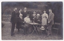 Carte Photo - Les Joueurs De Cartes Et Leurs Spectateurs Autour D'une Table D'un Salon De Jardin - Circulé 1909 - Da Identificare