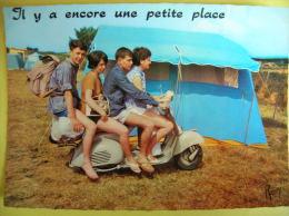 SCOOTER   VESPA     IL Y A  ENCORE  UNE  PETITE  PLACE - Cartoline