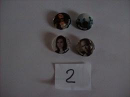 PIN´S -  Lot De 4 Badges - Amy Macdonald - Blink 182 - Miley Cyrus - Timbaland    ( 2 ) Voir Photo - Muziek
